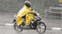 Mengendarai Motor Saat Hujan